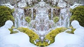 Langzaam motieclose-up van de bergrivier in de winter naast de sneeuw en het groene mos Caleidoscoopeffect stock footage