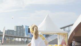 Langzaam Motiekerel en Meisje in het Witte Badminton van het T-shirtsspel stock videobeelden