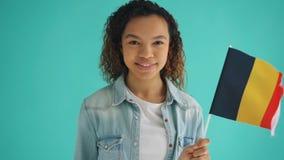 Langzaam motieportret van Afrikaanse Amerikaanse vrouwen golvende vlag van het glimlachen van Duitsland stock video