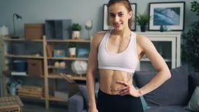 Langzaam motieportret van sportvrouw in sportkleding die camera en het glimlachen bekijken stock footage