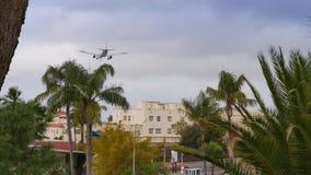 Langzaam Motievliegtuig op Definitieve Benadering van San Diego International Airport stock footage