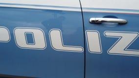 Langzaam overzicht van de schrijvende Italiaanse politie op het profiel van de de dienstauto stock videobeelden