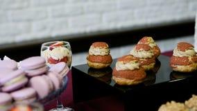 Langzaam panorama op suikergoedbar met geassorteerde romige desserts stock footage