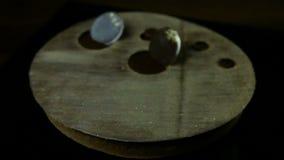 Langzaam panorama van ronde die cake met chocoladecirkels wordt verfraaid stock footage