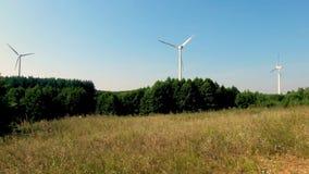 Langzaam roterende bladen van een windmolenpropeller Windenergiegeneratie Zuivere groene energie stock video