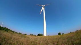 Langzaam roterende bladen van een windmolenpropeller Windenergiegeneratie Zuivere groene energie stock footage