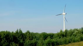 Langzaam roterende bladen van een windmolenpropeller Windenergiegeneratie Zuivere groene energie stock videobeelden