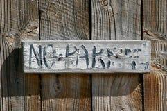 Langzaam verdwenen en vlokkige houten geen parkerenteken Royalty-vrije Stock Afbeeldingen
