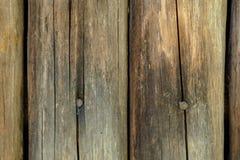 Langzaam verdwenen gele oude houten planking achtergrond met barsten stock afbeeldingen