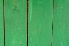 Langzaam verdwenen groene oude houten planking achtergrond met gebreken en barsten royalty-vrije stock foto
