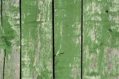 Langzaam verdwenen groene oude houten planking achtergrond met gebreken en spleten stock afbeeldingen