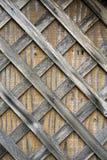 Langzaam verdwenen van regens en zon houten die latjes aan houten triplex worden genageld royalty-vrije stock foto's