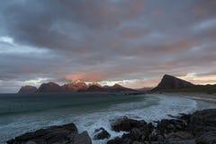 Langzaam verdwijnend daglicht bij het strand dichtbij Stor Sandnes in Flakstad-eiland, Lofoten royalty-vrije stock foto's