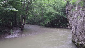 Langzaam vliegend enkel over een snelle rivierstroom stock videobeelden