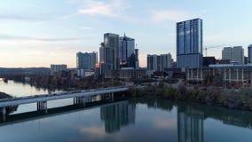 Langzaam voorwaarts het toenemen lucht vestigend schot van Austin-horizon stock footage