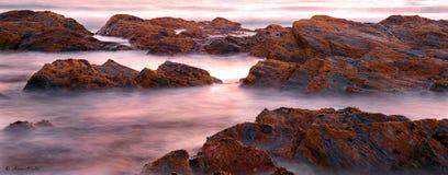 Langzame die Blindsnelheid van oceaan en rotsen wordt geschoten Royalty-vrije Stock Foto