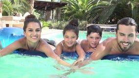 Langzame die Motie van Familie op Luchtbed in Zwembad wordt geschoten stock video