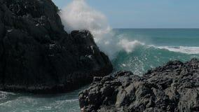 Langzame die motie van grote overzeese golven wordt geschoten die tegen de rotsen verpletteren Golven die en op de rotsen bij het stock footage