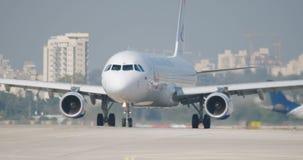 Langzame die motie van passagiersvliegtuig wordt geschoten die bij de luchthaven taxi?en stock videobeelden