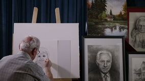 Langzame die pan van het werk en hem van de schilder op het werk wordt geschoten stock footage