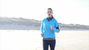 Langzame geanimeerde video van het geschikte jonge vrouw lopen op strand stock footage