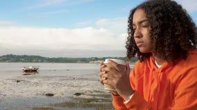Langzame geanimeerde video van het mooie gemengde de tiener jonge vrouw van het ras Afrikaanse Amerikaanse meisje luisteren aan m stock footage