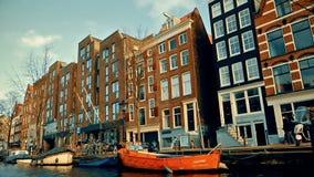 Langzame geanimeerde video van mening van het kanaal aan de straten, kanalen met oude flamishhuizen en bruggen in Amsterdam stock footage