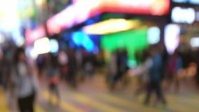 Langzame geanimeerde video van mensen die zich bij kruispunt in overvolle gelijk makende stadsstraat bewegen Hon Kong stock video