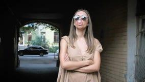 Langzame geanimeerde video van modieuze jonge vrouwen blazende bel van kauwgom stock videobeelden