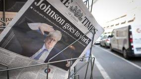Langzame Inzoomen om de Krant van tribunethe times te drukken stock video