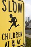 Langzame kinderen bij spel Stock Afbeeldingen