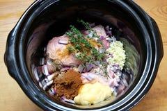 Langzame kooktoestel of crockpot maaltijd klaar voor het koken Royalty-vrije Stock Fotografie