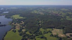 Langzame luchtpan over de Blauwe Meren in het Noorden van Wit-Rusland stock videobeelden