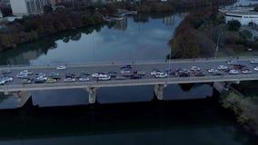 Langzame luchtschuine stand neer van verkeer op de Brug van de Congresweg in Austin stock footage