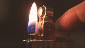 Langzame mo Aansteker die vaak in mannelijke hand vonken Sluit omhoog van verlichtingsbrand met een benzineaansteker in stock video