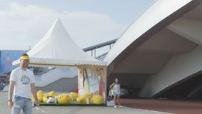Langzame Motie Atletische Kerel in het Badminton van Zonnebrilspelen stock video