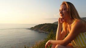 Langzame motie bedrijfsvrouw die over toekomst bij kust dromen stock video