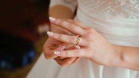 Langzame Motie Close-up van bruid die trouwring dragen stock video