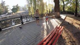 Langzame Motie De kinderen doen schrikken de duiven stock videobeelden