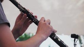 Langzame Motie De musicus speelt de klarinet bij een muziekfestival stock footage