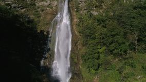 Langzame motie die boven de waterval in het groene bos in Georgië toenemen stock footage