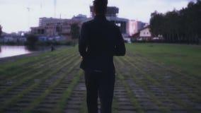 Langzame motie die op grastegels aan de stad lopen Achter mening Abstract schot als achtergrond Concept het nastreven van het lev stock footage