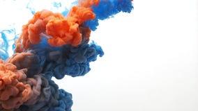 Langzame motie die van blauw en oranje inktwater wordt geschoten, schot met 4K-camera stock video