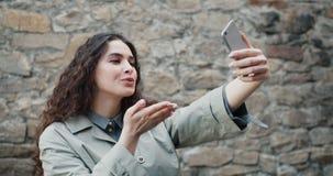 Langzame motie die van mooi meisje selfie in openlucht met smartphonecamera neemt stock footage