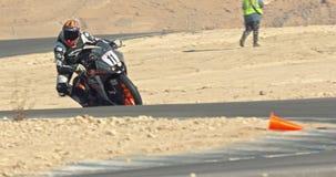 Langzame motie die van sportmotorfietsen draaien maken tijdens een ras stock video