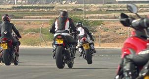 Langzame motie die van sportmotorfietsen draaien maken tijdens een ras stock videobeelden