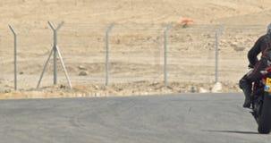 Langzame motie die van sportmotorfietsen draaien maken tijdens een ras stock footage