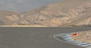 Langzame motie die van sportmotorfietsen draaien maken tijdens een woestijnras stock video