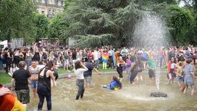 Langzame motie Gelukkige LGBT Vrolijke menigte bij jaarlijkse Trots stock video