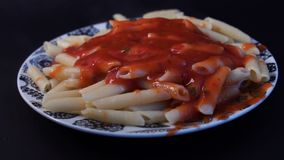 Langzame motie, Gietende marinarasaus op spaghetti Gekookte penne deegwaren met boter en kaas en basilicum in wijnoogst stock video